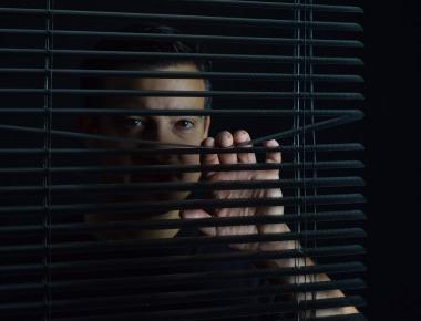 https://pixabay.com/pt/photos/confinado-s%C3%B3-tomadas-preso-triste-4561420/