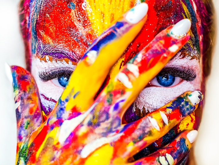https://pixabay.com/pt/photos/pintura-maquiagem-menina-cosm%C3%A9ticos-2985569/